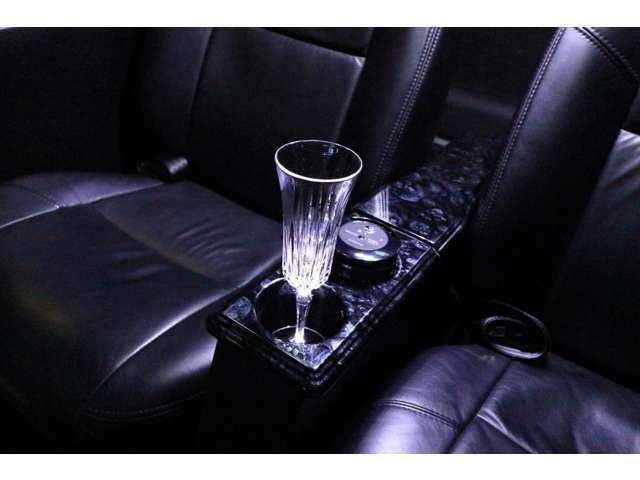 後部座席カップホルダーにはLEDを埋め込みグラス、ペットボトルを光らせます。 プラズマクラスター埋め込み装備。