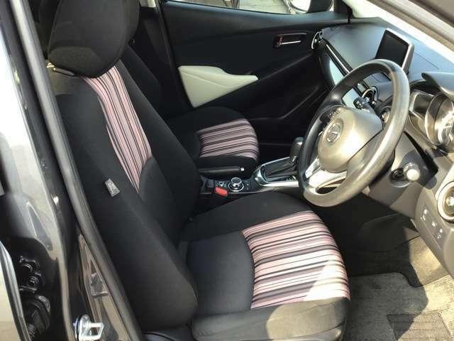 フロントシートはゆったり座れるサイズで、体に沿ってしなやかにたわむ構造によりシート全体で包み込まれるような心地よいフィット感があります。