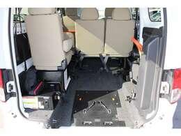 前側が後退防止ベルト、後ろ側が電動固定のワイヤーです。