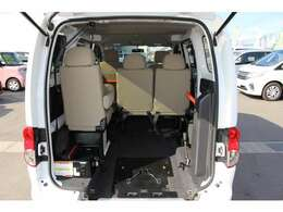 スロープ板を展開して車いすの方が入ります。車いすの方1名と他に6名の7人乗りです。