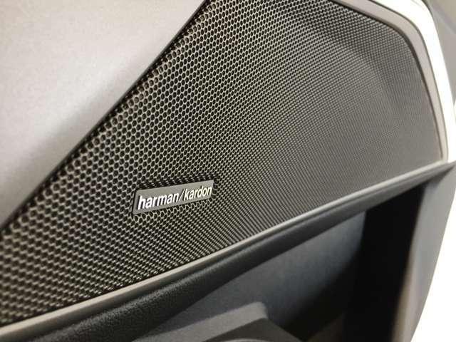 ハーマンカードン社製のスピーカーを装備しております。ドライビングノイズを考慮し、車内により原音に近い音を表現致します。