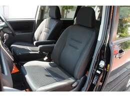 助手席にもアームレストがありドライブも一層快適です