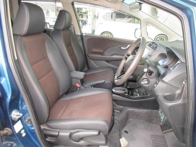 フロントシートは、腰が自然に奥に引き込まれる形状や各部の硬さなどを分析し、やわらかく、かつしっかりしたホールド感のあるロングドライブにも疲れない座り心地の良いシートを追求しました。