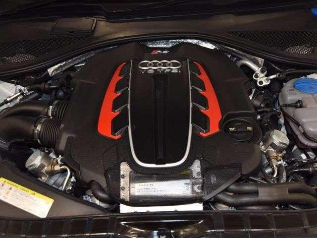 V型8気筒4.0TFSIは605馬力を発揮します!