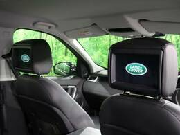 運転席・助手席ヘッドレストに取り付けられたモニターで後席でのエンターテイメントをお楽しみいただけます。こちらははメーカーオプションとして装備・装着しております!