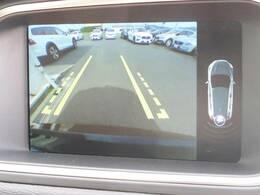 便利なバックビューモニターを備えております。ステアリング舵角に応じて動くガイドライン、パーキングセンサーによりストレスのない駐車をサポート。女性オーナー様も多いモデルでございます。