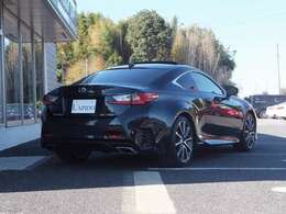 メーカーオプション設定【リヤクロストラフィックアラート(RCTA)】駐車場から後退する際に、左右後方から接近してくる車両をレーダーにより検知。ドアミラー内のインジケーター点滅とブザーで注意喚起します。