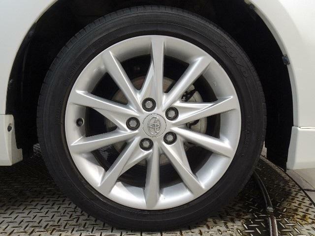 純正アルミホイールを装備しています。タイヤの残り溝も問題ありません。