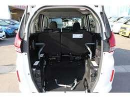 スロープ板を展開した状態です。車いすの方1名と他に5名の6人乗りです。
