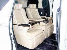 エグゼクティブシートパッケージはセカンドシートは個別シートになっています。左右に肘置きがあり、フィット感がとてもあり、車が左右に曲がるときでも身体が揺られることが少ないです。