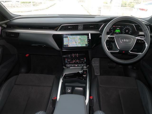 人間工学に基づいて設計された機能的なコクピットは常に前方の道に集中できる操作環境を提供します!運転にいい影響を与えない余分な装飾類を極力排除しております。