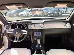 前席全体 シンプルでスタイリッシュな操作性の良い運転席です。アイポイントが高く見切りも良いので運転しやすいです。女性の方でも視界を遮らない大きなフロントガラス、左右の障害物や車両も見やすくて安心です!