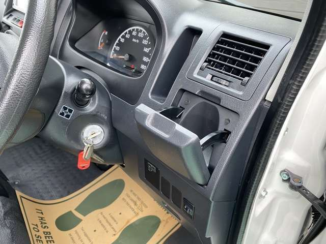 タイヤの新品交換やバッテリーなど格安にて承ります。自社工場完備となりますのでオイル交換などもお気軽にお申しつけください。