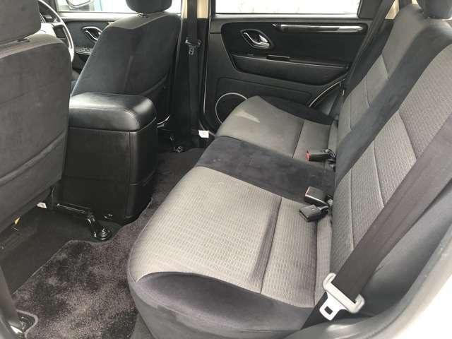 2列目のシートもとてもキレイな状態です♪3人座ってもゆったりと余裕のある快適な座席になっております♪足元も窮屈さを感じさせない車になっております♪ドリンクホルダーやシートポケットなど収納力も◎♪