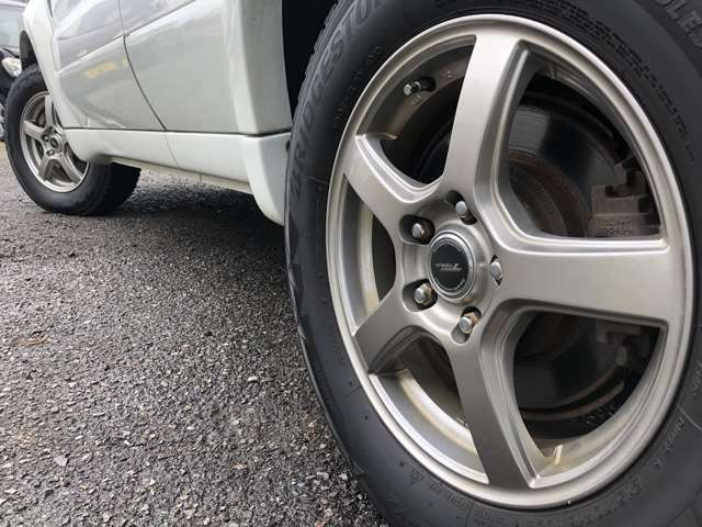 ガリキズや汚れの少ない綺麗な社外アルミホイール装着車です♪タイヤの溝も残っておりますので購入後にすぐ交換する必要もございません♪夏タイヤ・冬タイヤのご相談もお気軽にお申しつけ下さいませ♪
