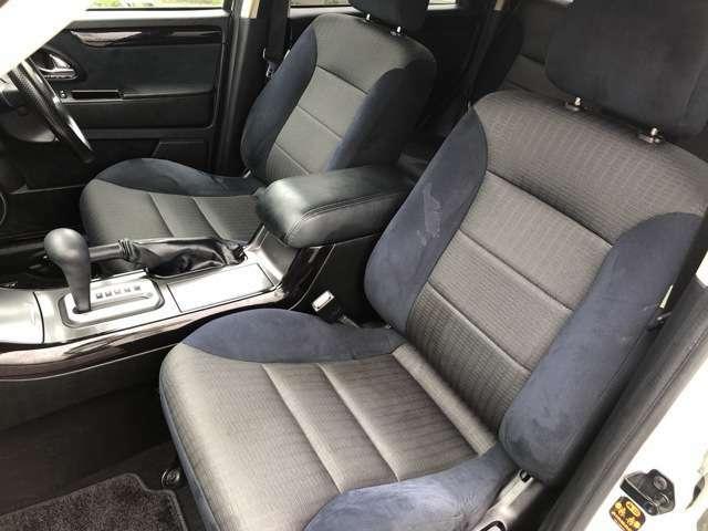 ホールド感のあるシートになりますので座り心地も肌触りも良く長時間座っていても疲れにくいシートになっております♪サイドの窓も視界が広く、ドライブ中にも外の景色を存分に楽しめます♪