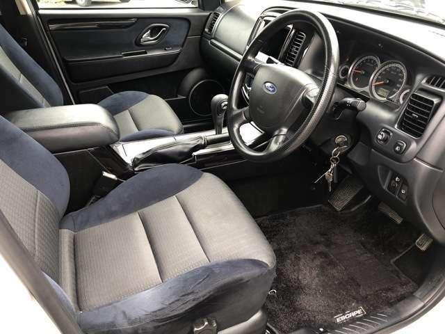 ご覧の通り綺麗で清潔感のある車内となっております♪座席は大きく前後にスライドすることが出来るので自分に合ったポジションで運転することが可能です♪フロアマットも全席完備で嬉しいですね♪