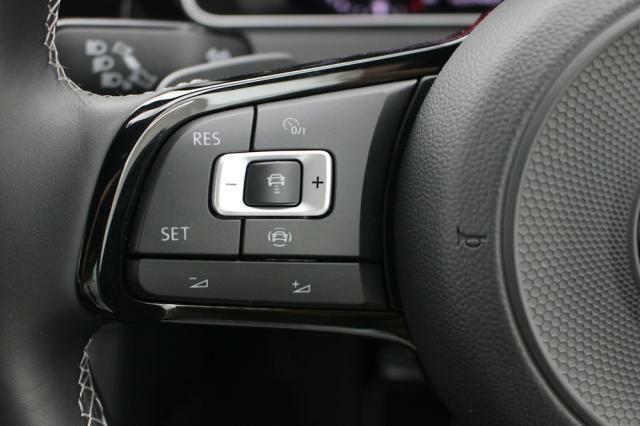 前車追従機能はステアリング左側で簡単操作出来ます。