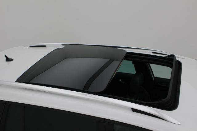 オプションのスライディングルーフが装備されています。天気の良い日には全開でドライブしたいですね。