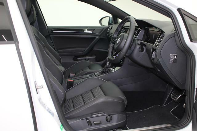 高品質のフルレザーシートはホールド性もとても高く、電動リクライニング機能付きで快適です。