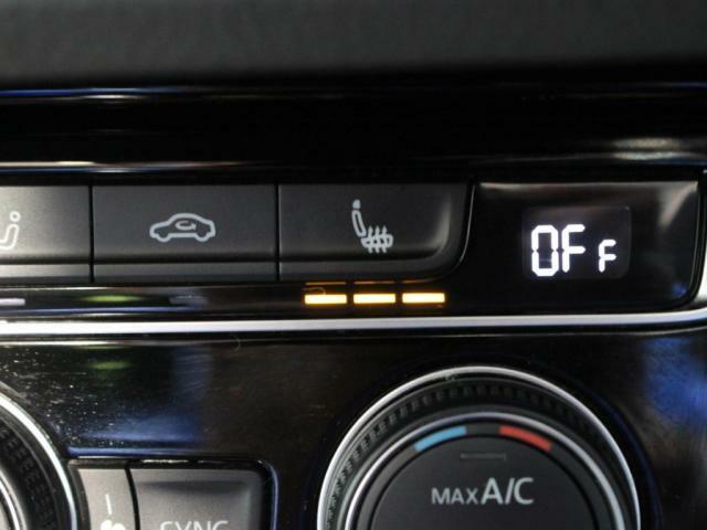 運転席、助手席は3段階調整のシートヒーター装備!