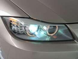 明るさと、優れた省消費電力を兼ね備えた、バイキセノン・ヘッドライト。LCIモデルではウインカーがLEDとなります。また、BMWの夜の顔と言えるリング状に輝くポジションライトも装備しています。
