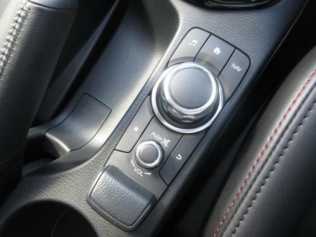 マツダコネクトを操作するコマンダーコントロールです。運転中に自然と手の触れる位置に配置されています。