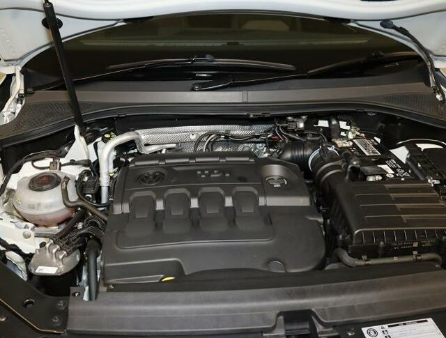 ディーゼルエンジンの要、環境に配慮した尿素(アドブルー)にて排気ガスを浄化。ターボ直噴エンジンは、排気量ダウンサイジングにてCO2の削減。ターボにて高効率燃焼。そして高出力、低燃費を実現