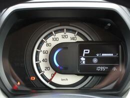 シンプルで見やすいメーターデザインになっております。右のディスプレイでは、エネルギーの流れがわかるインジケーターや平均燃費・航続可能距離等、さまざまな車両情報を確認いただけます。