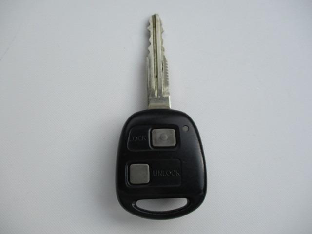【キーレス】離れた場所からキーに付いているボタンを押してドアの解錠施錠を行う事ができます。