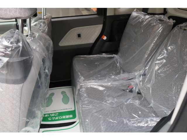 リアシートは分割式になります。ワンタッチでフラットにも出来ますのでお荷物が多い時等はフルフラットにして積む事も可能です。