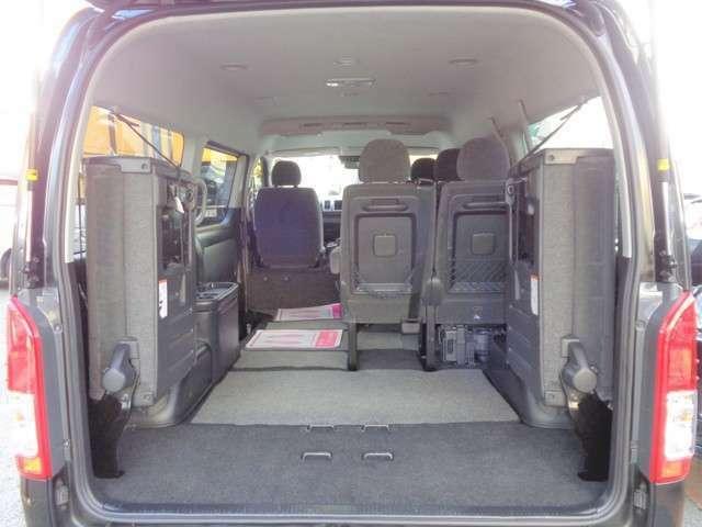 最後尾の座席は左右跳ね上げ格納式!格納するとかなりの量の荷物が積み込めます!大きな荷物も積み込めますのでお仕事の他趣味やレジャーと大活躍ですね!内装・外装共に程度良好な車両です!