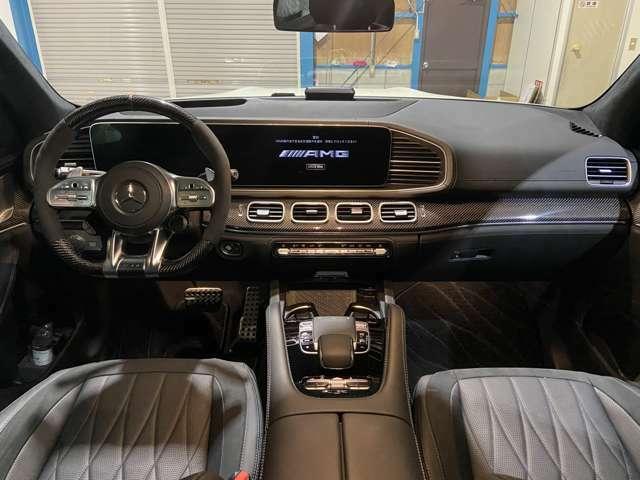 内装も綺麗です 64色のアンビエントライト トランスミッション9速AT カーボンファイバーインテリアトリム ヘッドアップディスプレイ