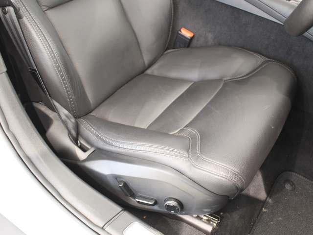 しっかりとしたサポートときめ細かな調整機能を備えたフロントシート!