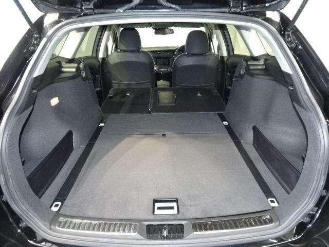 シートを倒すと、ほぼフラットで積み降ろしのしやすい荷室が広がります!
