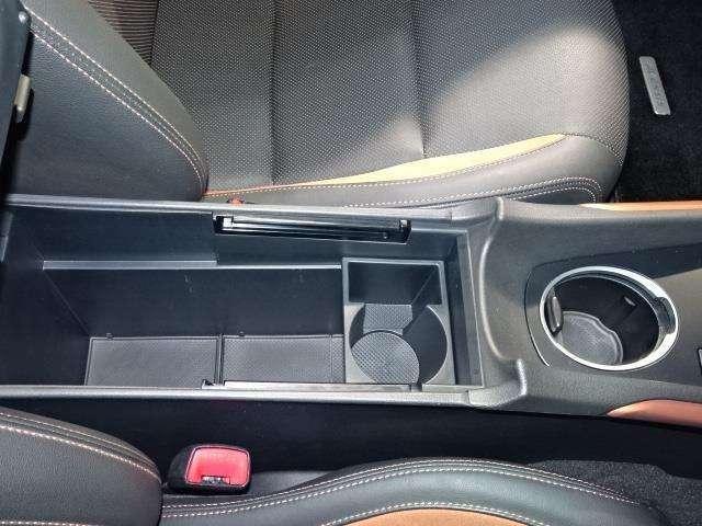 運転席と助手席の間のひじ掛けの中に小物を入れるスペースがあります!