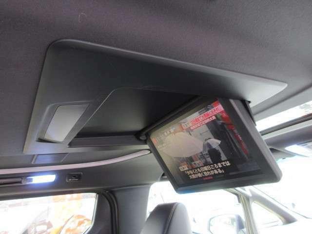 純正フリップダウンモニター付きですので後席の方でも飽きずのドライブが可能になります♪
