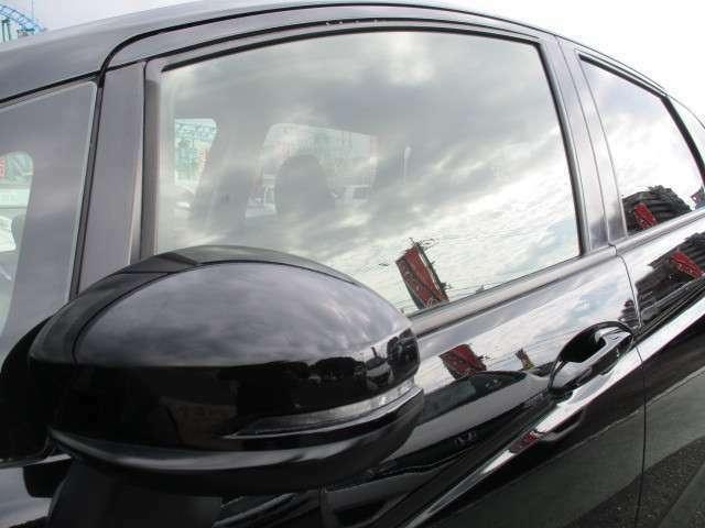 対向車にも分かりやすくスタイリッシュなウィンカードアミラー♪UVカット&プライバシーガラス(新車時装着・色フィルムを貼っているような純正ガラスで紫外線防止プライバシー保護)