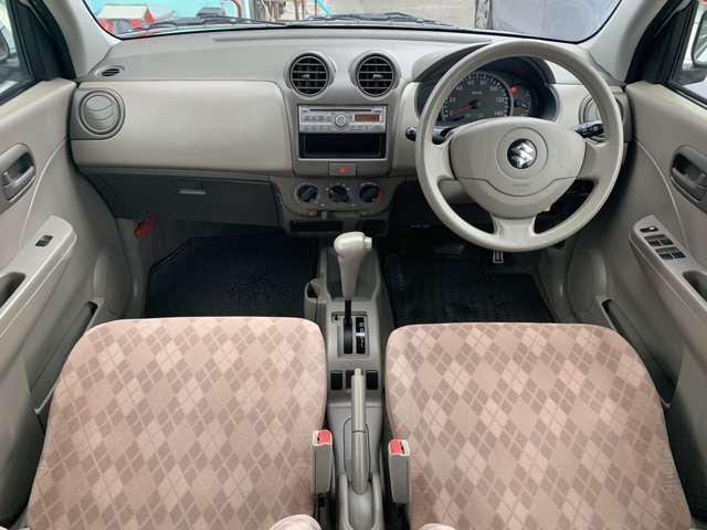内装も中古車ですので全体的にうす汚れ擦れ使用感があります。 各所に擦れやうす汚れ、各シートにうす汚れ擦れ使用感などがありますが、年式距離の中古車として考えましたら、比較的綺麗で良好な状態と感じました。