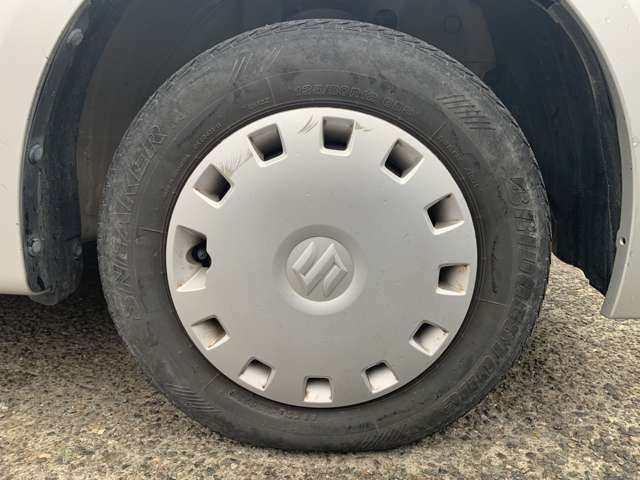 タイヤはノーマルタイヤをはいておりタイヤサイズは135/80R12、タイヤ山はおおよそ各3分山程度、スペアタイヤ積込みです。 安い車なので購入前に試乗してちゃんとタイヤが4本ついてるか確認して下さい!
