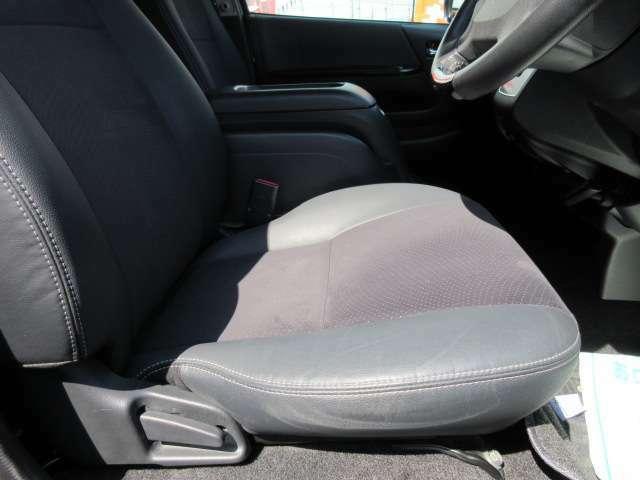 専用ハーフレザーシート付♪ グレード専用のシートで質感の良い仕上がりとなります♪ 長距離ドライブでも安心ですね♪