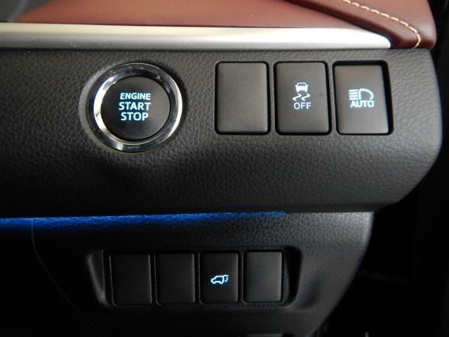 プッシュ式エンジンスタートボタンです。勿論スマートキーは、バックに入れたままでOKです!