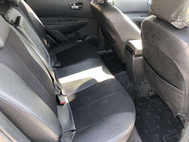 【リアシート】後席もゆったりしており、快適な空間でお乗り頂けます。