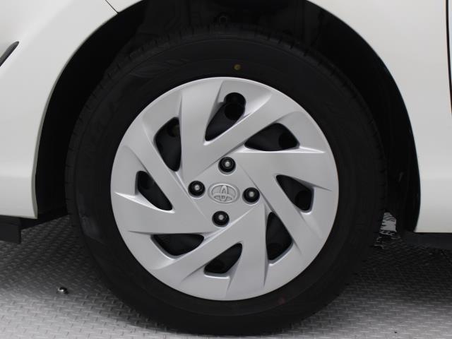足元を汚れから守りスムーズな空気の流れに貢献するフルホイールキャップを装着しています。タイヤサイズ185/60R15