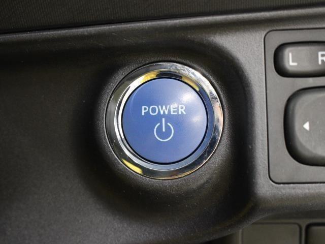 スマートキーを携帯していれば、ブレーキを踏みながらパワースイッチを押すだけで、ハイブリッドシステムが始動します。
