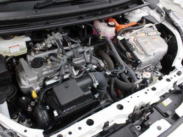 1NZ-FXE型 1.5L 直4 DOHCエンジンと1LM型 交流同期電動機のハイブリッドシステム搭載、FF駆動です。