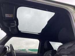 【 スカイフィールトップ 】前席の頭上に大きく広がるガラスルーフ。紫外線や赤外線を減らすスーパーUV&IRカット機能や、開閉できるシェードも付いていて、いつでも快適なドライブを楽しめます。