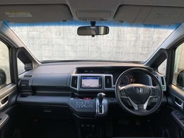 開放的な前方視界!!運転がしやすいですよ^^窓が大きく、見通しが良いお車です☆車内は黒を基調としたインテリアカラーになっています♪