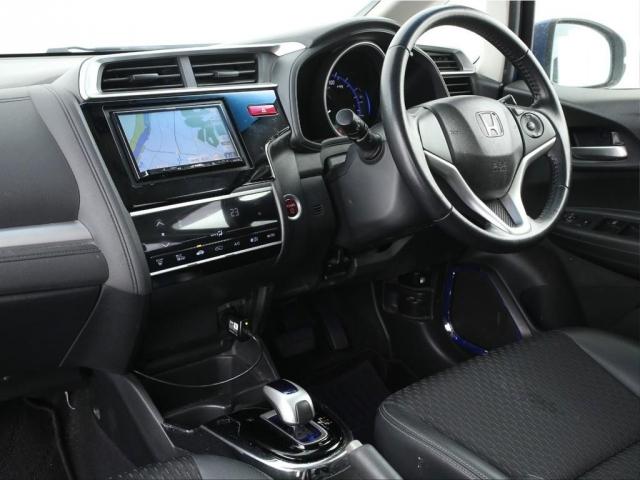 ブレーキサポートシステムやLEDヘッドライト、フルオートエアコン等の通常使用をする分には十分な機能が付いておりますので是非ご活用ください。