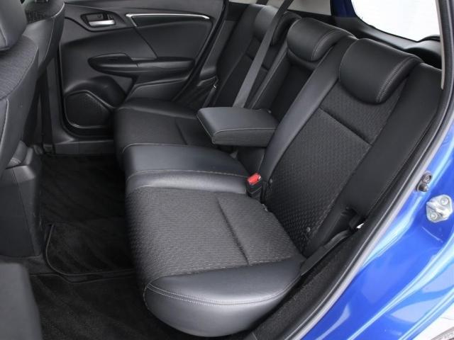 コンパクトカーではありますがかなりの大柄な人でない限りはストレスなく移動可能となっております。さすがに後席3名乗車は厳しいですが後席は2人までであれば楽しいドライブが出来るかと思います。